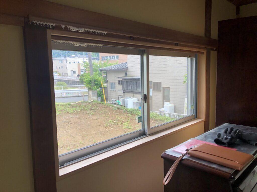 窓 、内側
